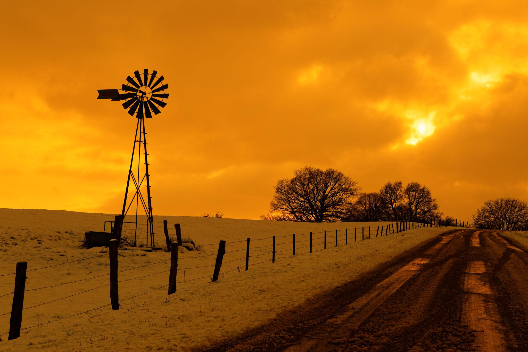 éolienne et coucher de soleil par Stéphane Thirion photographe