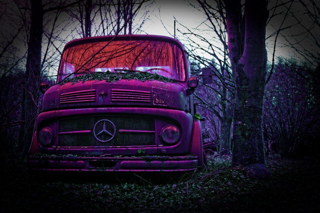Camion Mercedes colorisé en mauve par Stéphane Thirion photographe Graphiste