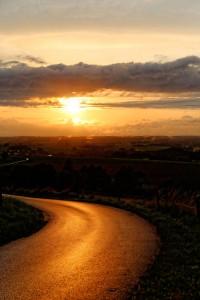 Coucher de soleil sur route par Stéphane Thirion