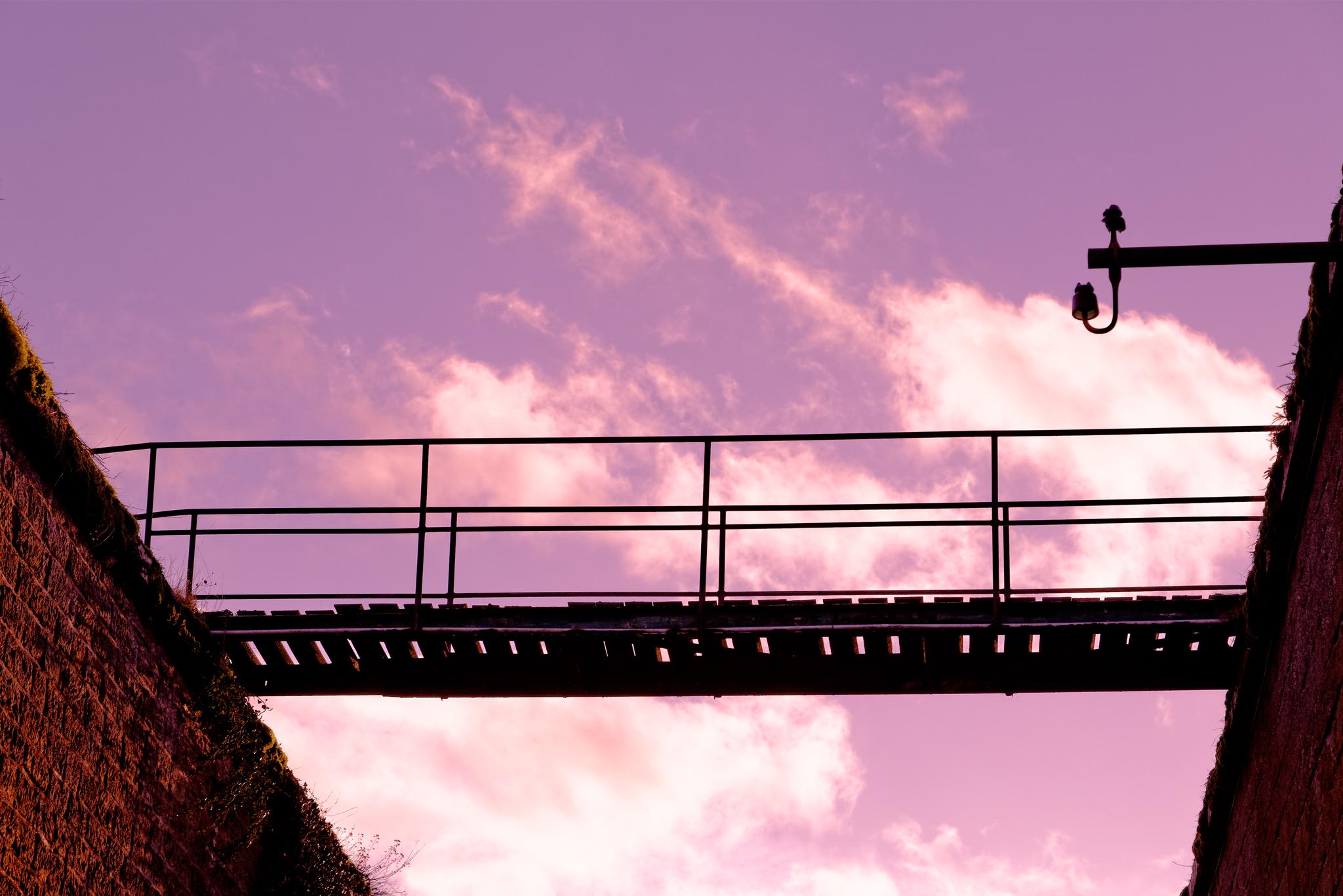 Passerel et ciel mauve par stéphane thirion